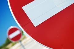 Closeup av inget tecken för enkelriktad trafik för tillträde arkivbild