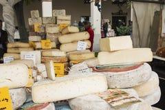 Closeup av italiensk ost med relativa prislappar på den Moncalvo tryffelmässan Royaltyfri Bild