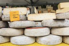 Closeup av italiensk ost med relativa prislappar på den Moncalvo tryffelmässan Arkivbilder