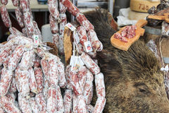 Closeup av italiensk salami med relativa prislappar på den Moncalvo tryffelmässan Royaltyfri Fotografi