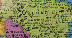 Closeup av jordklotet med det Brasilien landet stock video