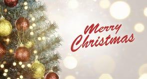 Closeup av julgranen med tecknet för glad jul Royaltyfri Fotografi