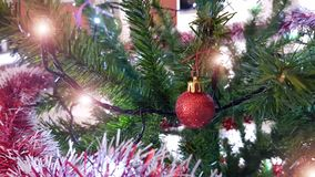 Closeup av julgrangarneringar royaltyfri fotografi