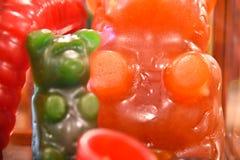 Closeup av klibbiga björnar i godislager Royaltyfri Foto