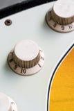 Closeup av knoppar för elektrisk gitarr för tappning Arkivfoto