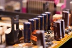 Closeup av kondensatorer på datormoderkortet Royaltyfria Bilder