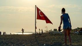 Closeup av konturer av turister på stranden royaltyfria bilder