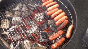Closeup av korven på gallret Korvar är grillad BBQ Grillad korv på det flammande gallret arkivfilmer