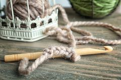 Closeup av kroken med handarbetegarn Royaltyfria Bilder