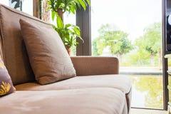 Closeup av kudden på soffan vid fönstret i vardagsrummet hemma arkivfoton