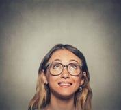 Closeup av kvinnan i exponeringsglas som ser upp Arkivfoto