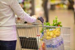 Closeup av kvinnan med shoppingvagnen. Arkivbild