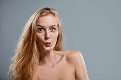 Closeup av kvinnan som gör playfully den roliga framsidan royaltyfri bild