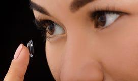 Closeup av kvinnan som sätter kontaktlinser royaltyfria foton