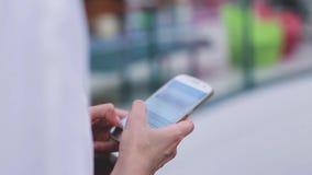 Closeup av kvinnas händer med den smsande budbäraren för smartphone arkivfilmer