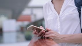 Closeup av kvinnas händer med den smsande budbäraren för smartphone lager videofilmer