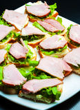 Closeup av läckra skinka- och salladcanapes Royaltyfria Bilder