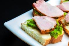 Closeup av läckra skinka- och salladcanapes Royaltyfri Fotografi