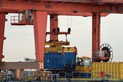 Closeup av lastningsbryggan Crane Loading Container på lastbilen Royaltyfri Bild
