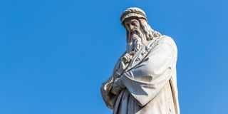 Closeup av Leonardo Da Vinci Statue i Milan, Italien royaltyfri foto