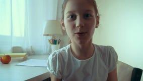 Closeup av lilla flickan som spelar med hennes husdjurkatt pov arkivfilmer