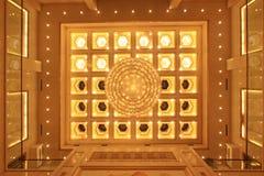 Ljuskrona på taket i ett hotell Royaltyfri Bild