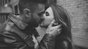 Closeup av lyckliga älska par som kysser och omfamnar, medan havinhg går i stadsgata arkivbild