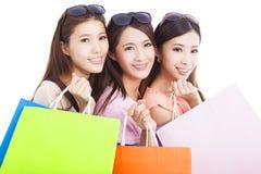Closeup av lyckliga asiatiska shoppingkvinnor med påsar Fotografering för Bildbyråer