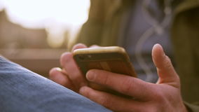 Closeup av mäns händer med telefonen med kreditkorten på tillbaka smsa lager videofilmer