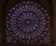 Closeup av målat glass av det äldsta rosa fönstret som installeras i 1225 i Notren Dame de Paris Cathedral i Paris Frankrike royaltyfri foto