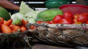 Closeup av många grönsaker i vide- korgar på den lokala marknaden lager videofilmer