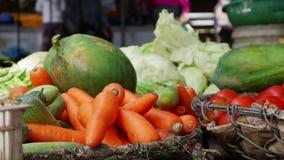 Closeup av många grönsaker i vide- korgar på den lokala marknaden stock video
