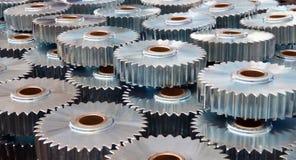 Closeup av många metallkugghjul Arkivbilder