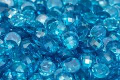 Closeup av många små blåa zircongemstones Ljus lyxig bakgrund arkivfoto
