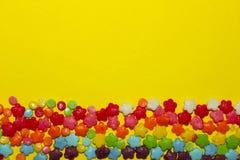 Closeup av mångfärgade små godisar Arkivfoton