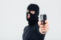 Closeup av mannen, i anseende och att sikta för balaclava med vapnet royaltyfria foton