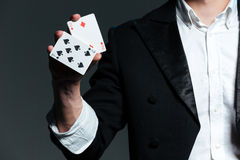 Closeup av mantrollkarlen som rymmer två spela kort royaltyfri bild