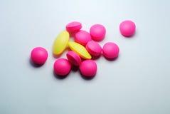 Closeup av medicinska preventivpillerar Arkivbilder