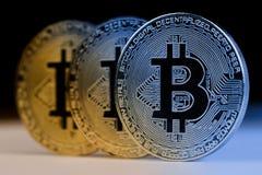 Closeup av metalliska mynt för guld- bitcoin Royaltyfri Bild