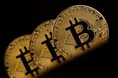 Closeup av metalliska mynt för guld- bitcoin Arkivbilder