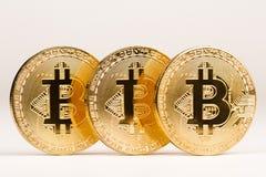 Closeup av metalliska mynt för guld- bitcoin Fotografering för Bildbyråer