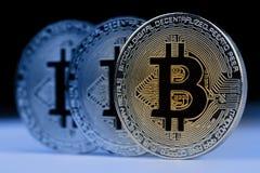 Closeup av metalliska mynt för guld- bitcoin Arkivfoto