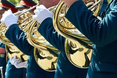 Closeup av militära musiker i gröna enhetliga och vita handskar Fotografering för Bildbyråer