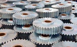 Closeup av många metallkugghjul Arkivfoto