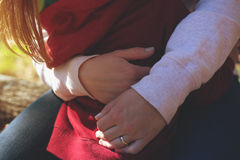 Closeup av modern som kramar hennes lilla barn Royaltyfria Bilder