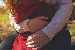 Closeup av modern som kramar hennes lilla barn Royaltyfri Fotografi