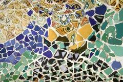 Closeup av mosaiken av den kulöra keramiska tegelplattan av Antoni Gaudi på hans Parc Guell, Barcelona, Spanien Royaltyfri Fotografi