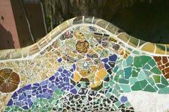 Closeup av mosaiken av den kulöra keramiska tegelplattan av Antoni Gaudi på hans Parc Guell, Barcelona, Spanien Fotografering för Bildbyråer