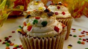 Closeup av muffin för höstsidor Arkivfoton