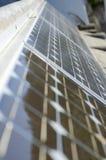 Closeup av några solpaneler som reflekterar omgivning Arkivfoto